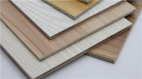 硬杂材多属于装饰用材,是中档装修的主要家具用材和装饰装修的重要饰面用材。 硬杂材最主要的特点是,多数木材的花纹和材色漂亮,材质的重量适中,不易变形。 硬杂材主要有梓树、刺楸、榔榆、黄菠萝、水曲柳等。 名贵硬木来源较少,价格比较昂贵。 主要特点是堆密度较大,材质较坚硬,结构强度较好,能承受较重的荷载,多数花纹非常漂亮,纹理细腻,是高级家具和室内装修的高级饰面材料,并具有较强的耐久性和耐腐蚀性,材色也比较理想。 主要树种有:铁梨木、花梨木、红木、榉木、楠木、樟木。